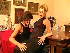 Blondes : Une femme devergondee qui baise un pote a son homme